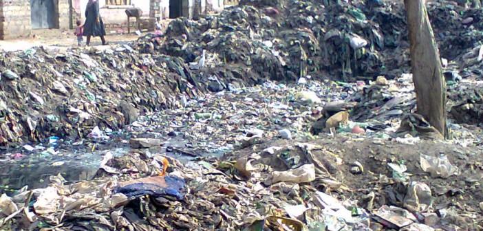 المنيا.. أكوام من القمامة أمام بيتنا في قرية بني غني بسمالوط (صورة)
