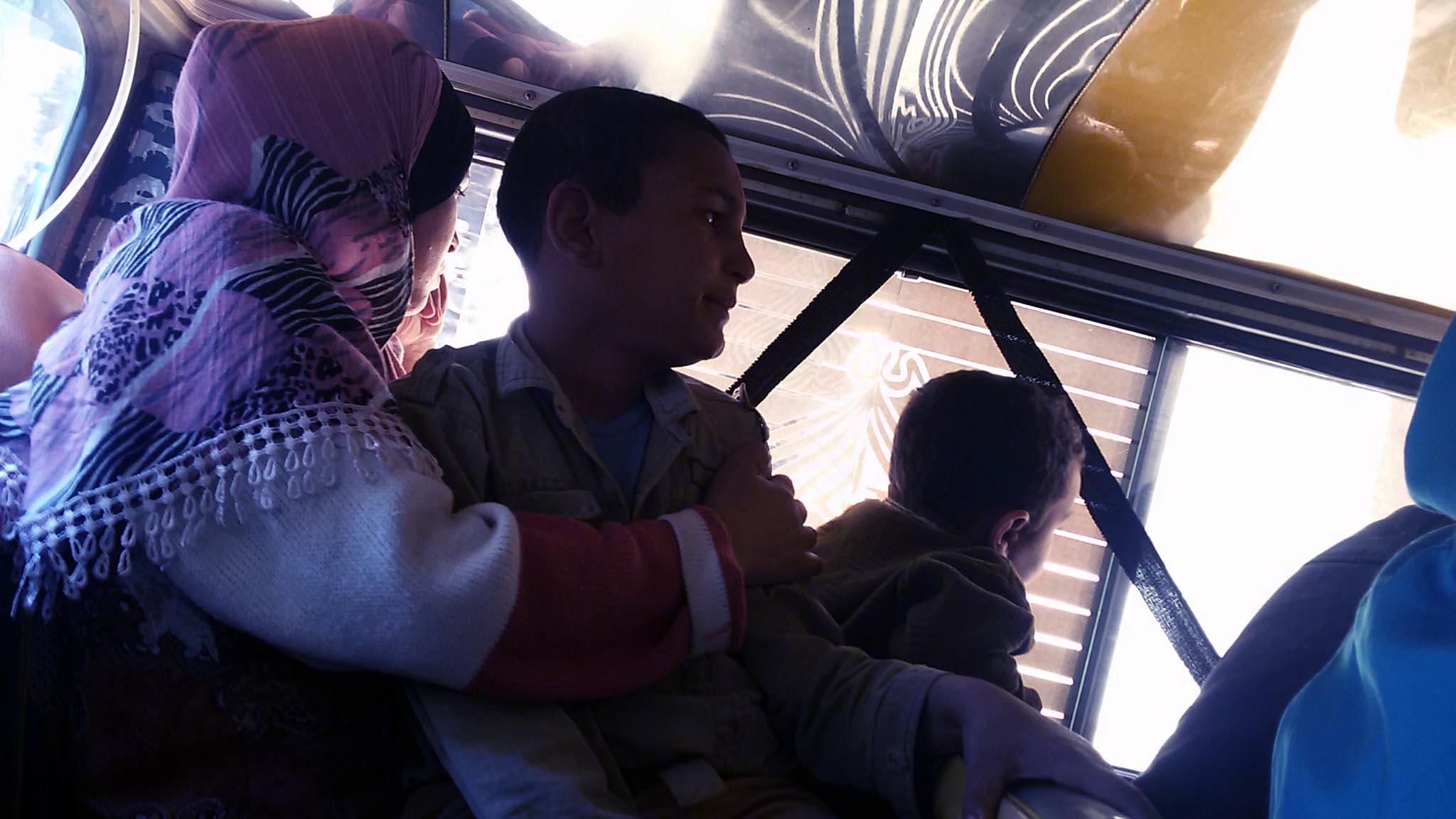 سيدة لا تقدر على بطش سائقى الميكروباص فوضعت ابناءها على قدميها