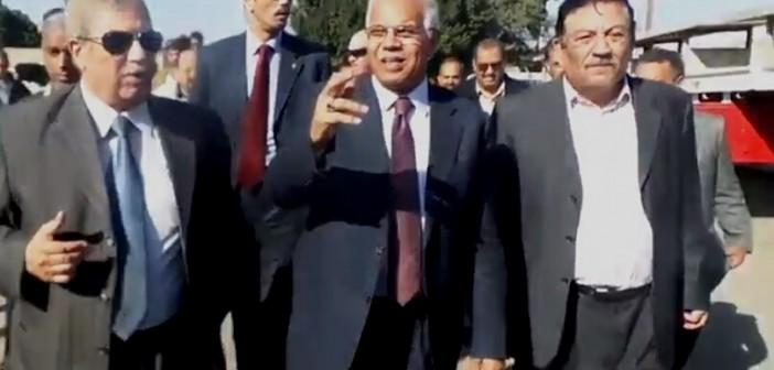 محافظ القاهرة يتفقد موقف «توشكى» لنقل الباعة الجائلين من محيط مترو حلوان