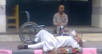 صورة لمريض ينتظر الطبيب امام باب المستشفى