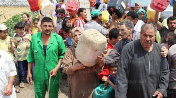 «العطش» يضرب قرى الدقهلية.. تحرك كيلومترات لتشرب.. واستحم في «الترعة»