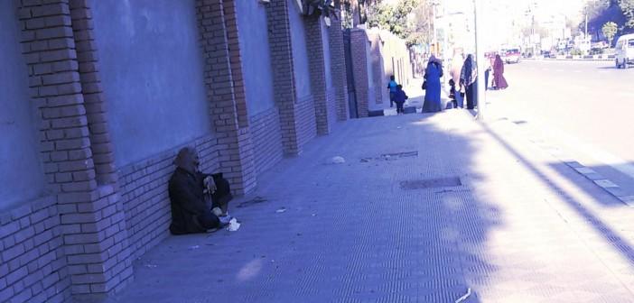 بالصور.. مُسن على رصيف ديوان محافظة سوهاج.. وينام بالشوارع منذ 7 سنوات