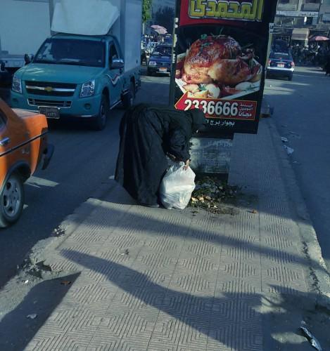 نبش القمامة فى سوهاج ، صورة وظاهرة اصبحت مصدر رزق لكثير من العاملين فيها وللاسف لا تحرك من المسئولين