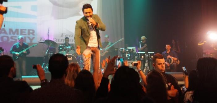 بالصور.. تامر حسني يغني في بلجيكا.. وبعض الحضور: «حفل فاشل»