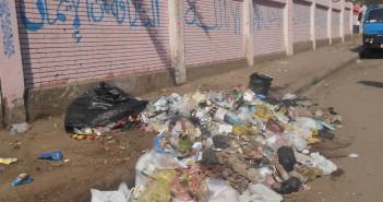 تجمع للقمامة أمام إحدي مدارس حي ثان