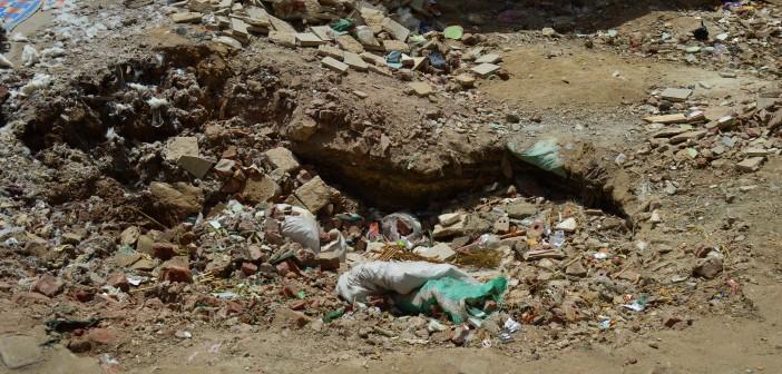 هبوط أرضي في كفر الدوار يهدد بانهيار منازل بعد تصدعها (صور وفيديو)