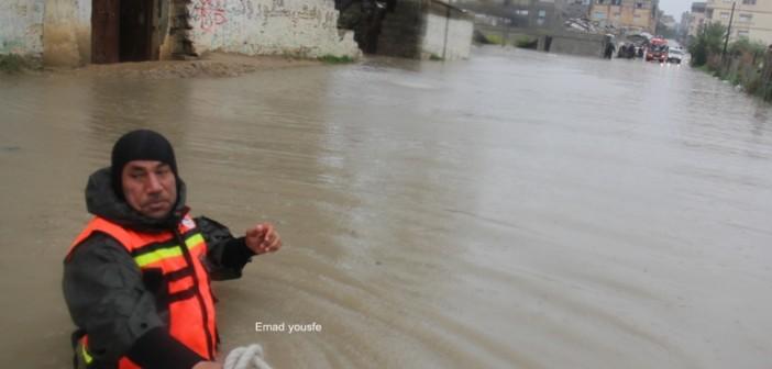 بالصور.. مياه الأمطار تحاصر الأهالي في رفح بقطاع غزة