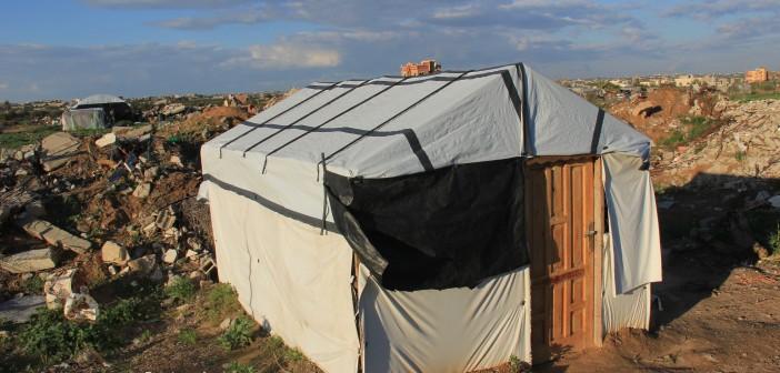 صور.. رفح: أسر فلسطينية تواجه البرد بالعيش في خيم بلاستيكية وبيوت دمرها الاحتلال