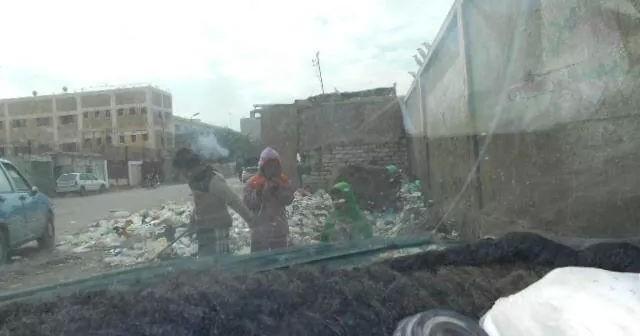 بالصور.. أطفال الشوراع يأكلون من أكوام القمامة بالفيوم