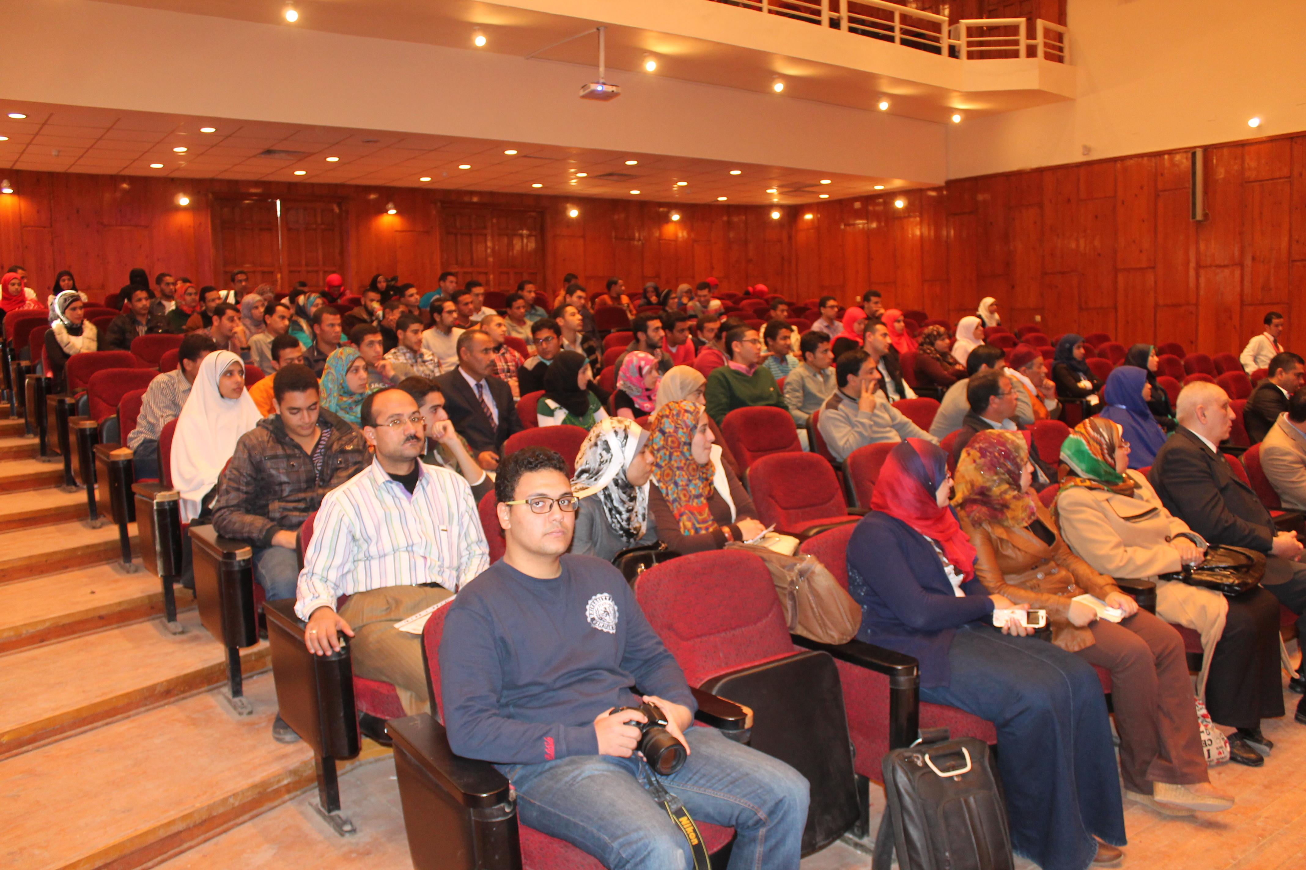 عدد من الحضور