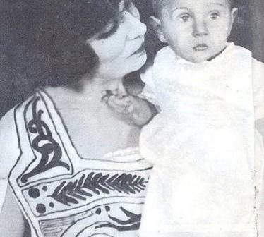 الملك فاروق مع الدته الملكة نازلي حينما كان صغيرًا (صورة)