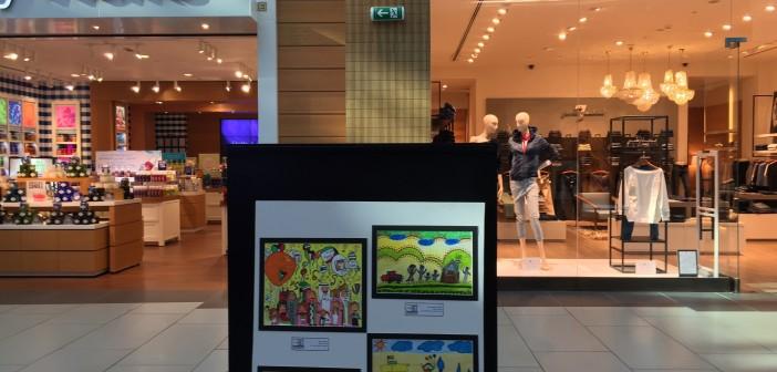 الكويت تحتفي بأطفالها بنشر رسوماتهم في الأماكن العامة والمولات التجارية (صور)