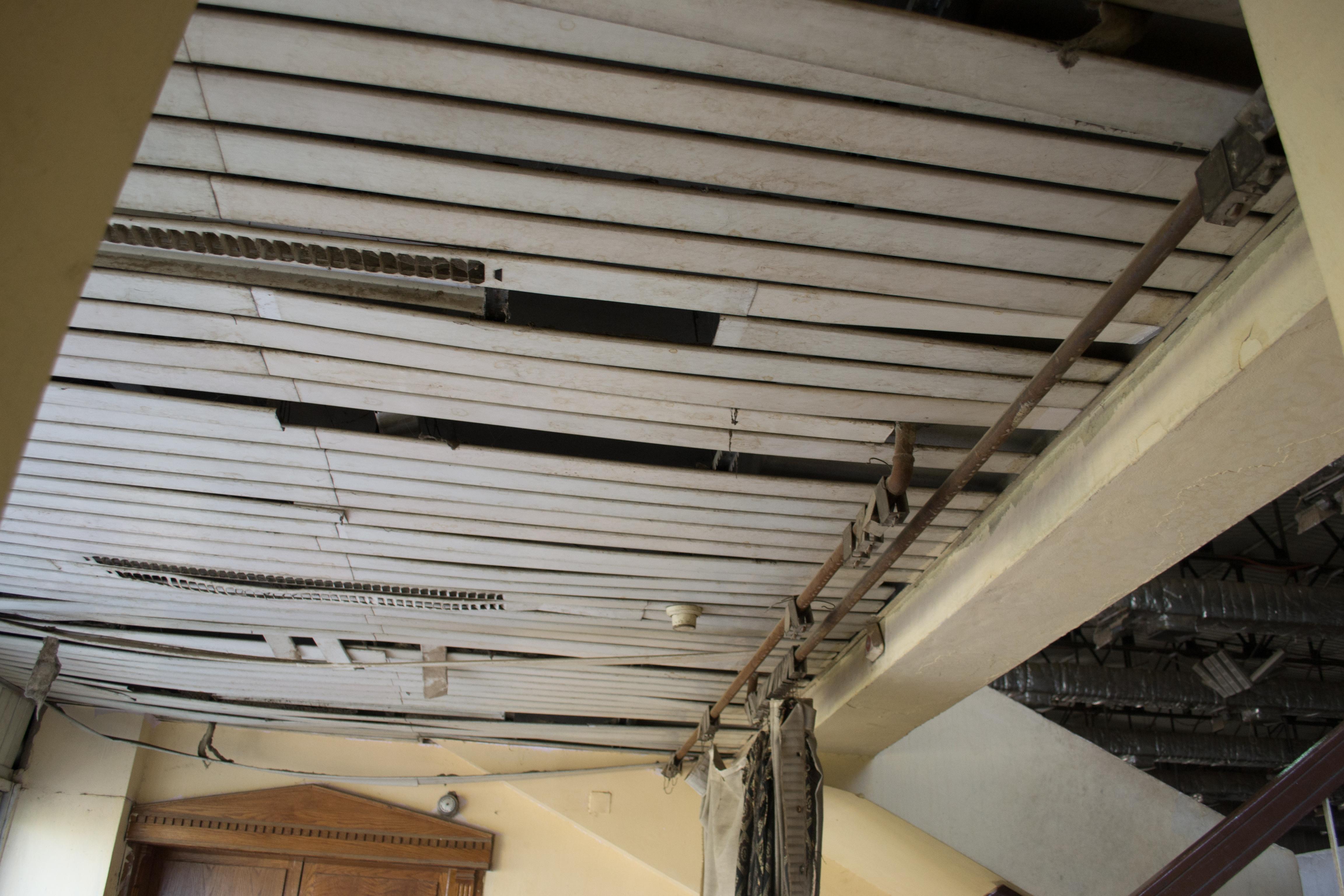 صورة للأهمال داخل الصالة المغطاه باستاد سوهاج