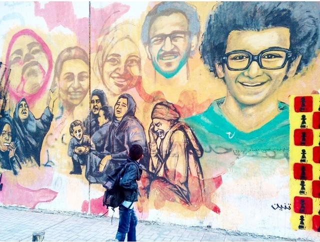 جرافيتي «أم الشهيد» يلفت انتباه طفل مار بشارع محمد محمود (صورة)