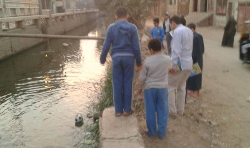 الفيوم .. أطفال يلعبون كرة القدم في بحر عروس