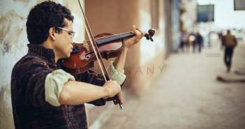 محمد رمضان وهو يعزف (تصوير أحمد العناني)