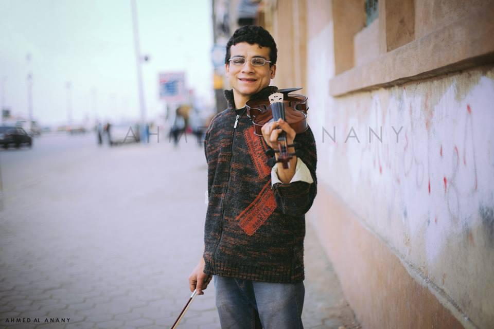 محمد رمضان وهو يعزف على الكمان (تصوير أحمد العناني)