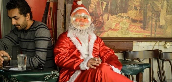 12 صورة.. بابا نويل «البورسعيدي»: يأكل «طعمية» ويدخن «الشيشة» في قهوة خلف