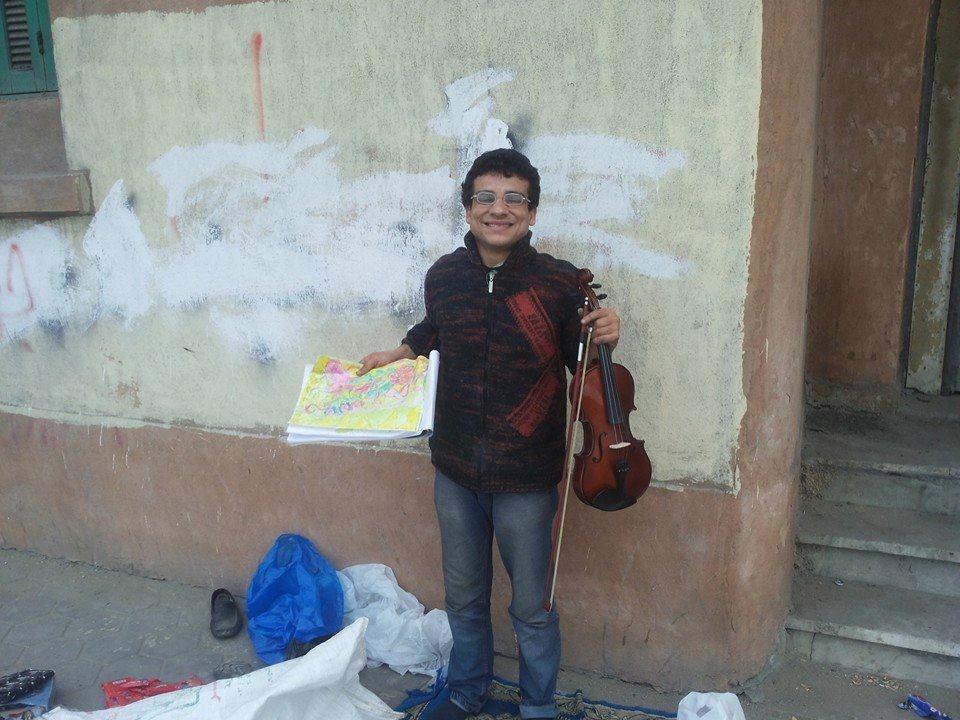 محمد رمضان وهو يعزف على الكمان (تصوير شريف سالم)