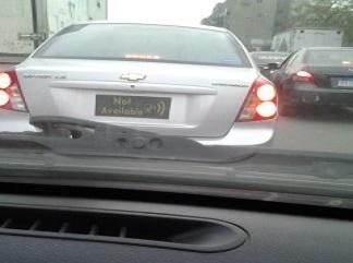 صورة| سيارة في شوارع القاهرة دون أرقام.. وصاحبها يكتفي بـ«Not available»