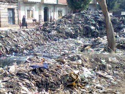 أكوام متراكمة من القمامة أمام منزلي في المنيا (تصوير جون بشري)