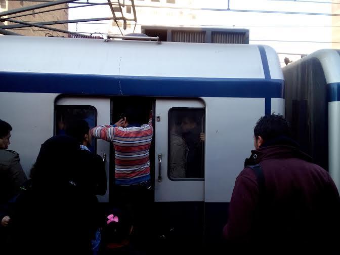 زحام في المترو.. ومواطنون يمنعون غلق أبوابه