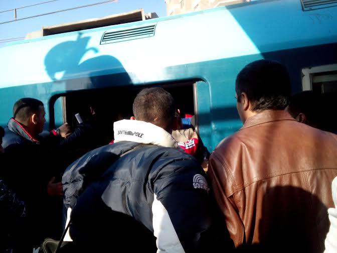 تكدس في المترو.. ومواطنون يمنعون غلق أبوابه