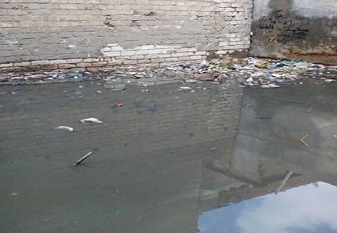 أهالي عزبة خضر لمحافظ البحيرة: إلحقنا بنغرق في الصرف الصحي