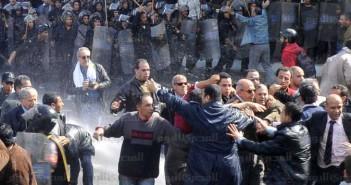 جمعة الغضب.. الأمن يواجه مظاهرات يشارك فيها البرادعي من مسجد الاستقامة