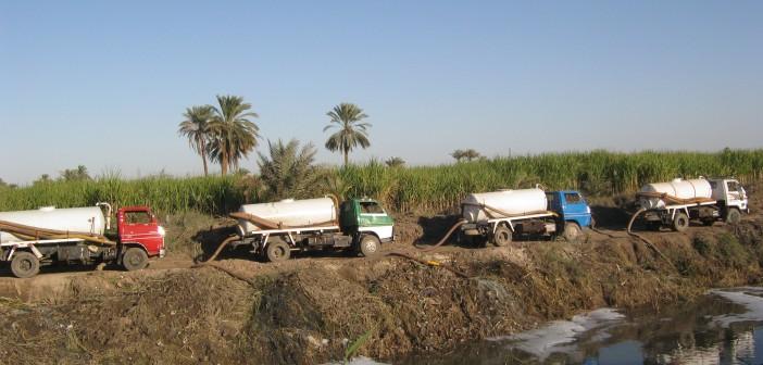 بالصور.. كارثة بيئية: سيارات تفرغ الصرف الصحي في نيل الأقصر (حملة #أنقذوا_النيل)