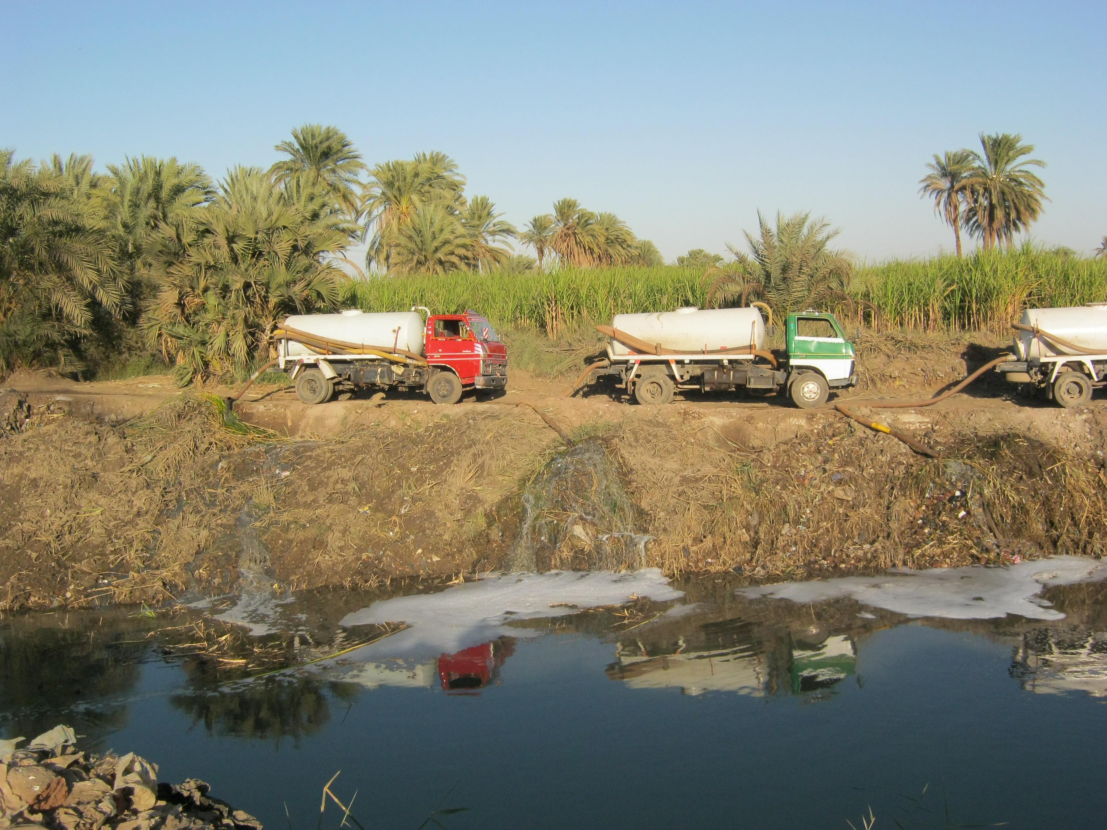 كارثة بيئية: سيارات تفرغ الصرف الصحي في نيل الأقصر