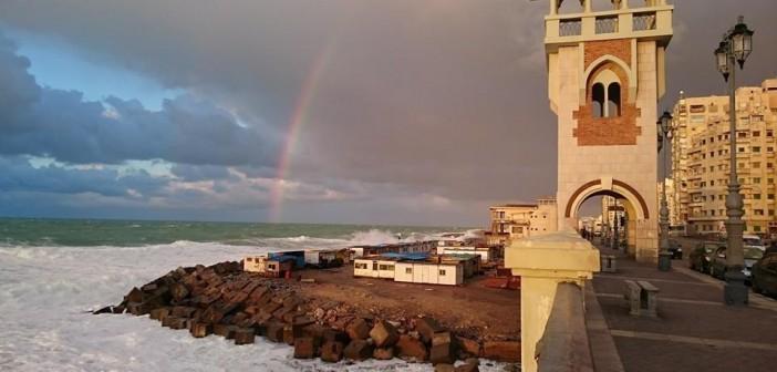 الله على بحرك يا ماريا.. قوس قزح في الإسكندرية بعد المطر (صورة)