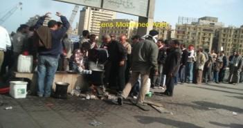 أول كوب شاي في ميدان التحرير بعد جمعة الغضب