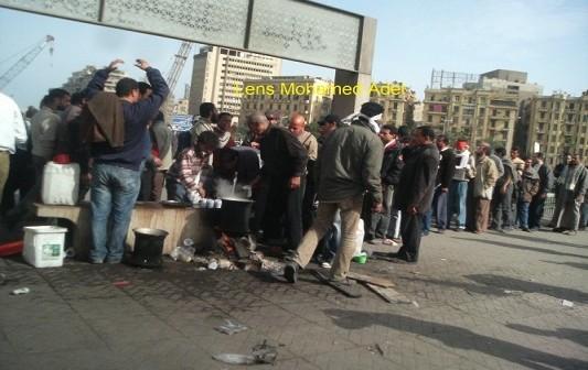 أول كوب شاي لمتظاهري التحرير في صباح اليوم التالي لجمعة الغضب بـ«راكية خشب» (صورة)