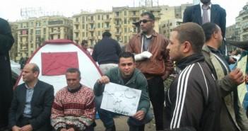 25 يناير.. متظاهرون في ميدان التحرير صباح وقعة الجمل للمطالبة برحيل مبارك