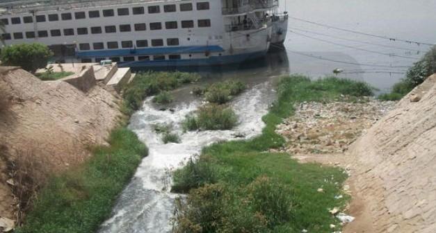 بالفيديو.. ترعة كيما تلوث النيل بالصرف الصحي في أسوان (#أنقذوا_النيل)