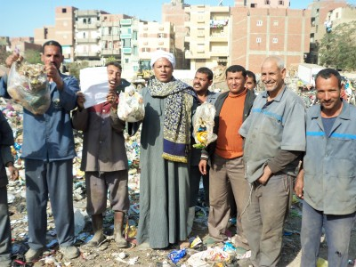 بالصور.. وقفة احتجاجية لعمال النظافة المؤقتين بالفيوم للمطالبة بتعيينهم