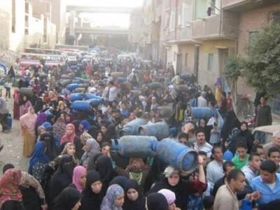 تكدس المواطنين أمام مستودع مصر القديمة