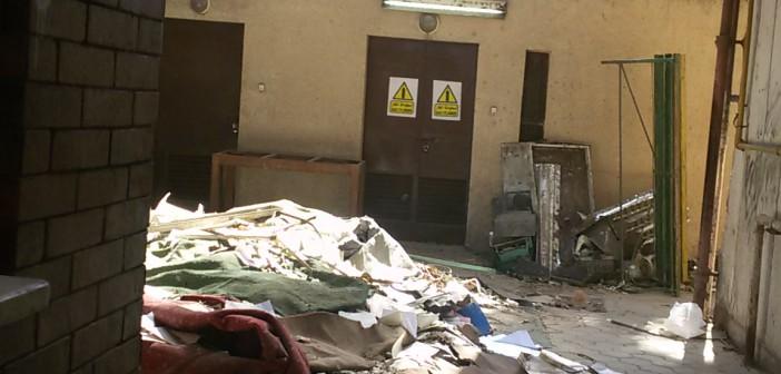 بالصور.. قمامة ومخلفات قرب مدخل برج القاهرة
