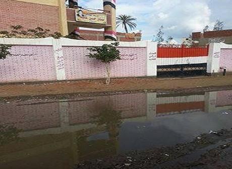 بالصور.. مياه الصرف الصحي تغرق شوارع ومدرسة قرية «بلاي» بالغربية