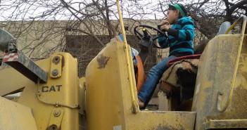 طفل يقود بلدوزر على كورنيش المعادي