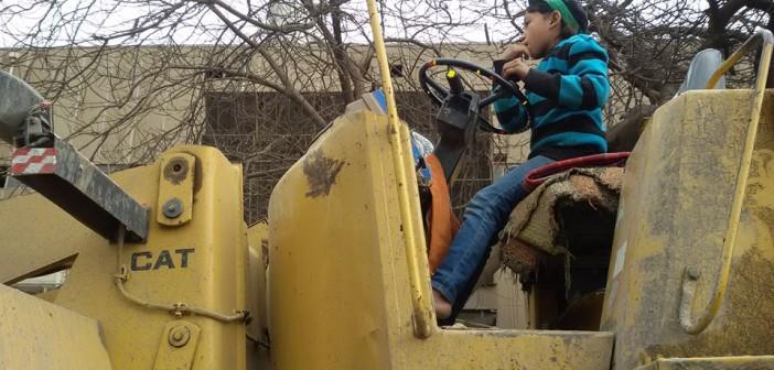 بالصور.. طفل يقود بلدوزر على كورنيش المعادي