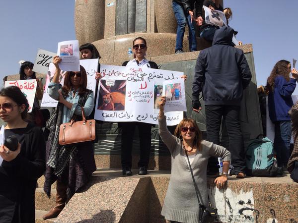 وقفة لدعاة حقوق الحيوان احتجاجًا على ذبح «كلب شارع الأهرام»  (تصوير فاطمة مصطفى)