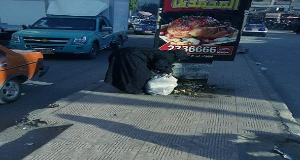 صورة.. البحث عن «الرزق» في القمامة بسوهاج: «كله على الله»