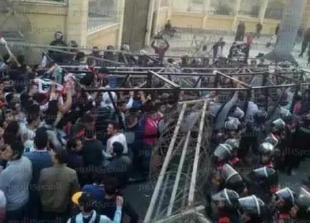 شاهد: آلاف المشجعين كانوا بممر «الدفاع الجوي».. وضربهم الأمن بعد إغلاق طريق الخروج