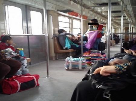 بالصور.. انتشار الباعة الجائلين بعربة السيدات في المترو