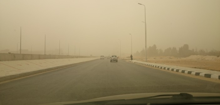 بالصور.. عواصف ترابية على المحور والطريق الصحراوي