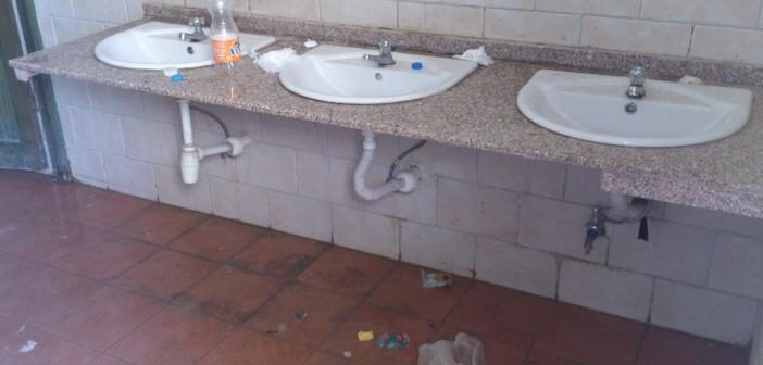 5 صور.. تكدس حمامات «وادي دجلة» بالقاذورات.. والسبب: «مفيش ميزانية»