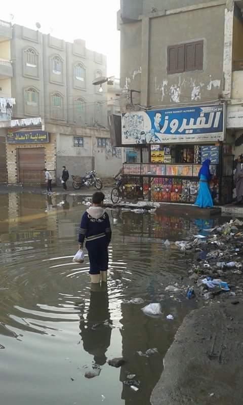 مياه الصرف الصحي تغرق شوارع قرية النزل بمركز منية النصر