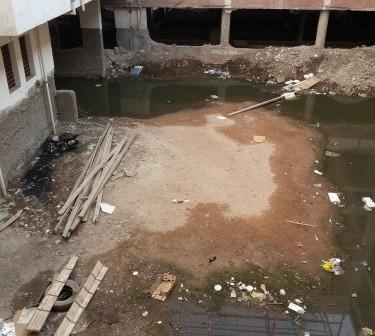 صور.. مياه الصرف تغرق «مبرة» أسيوط..  والمجاري تحاصر مدير المستشفى